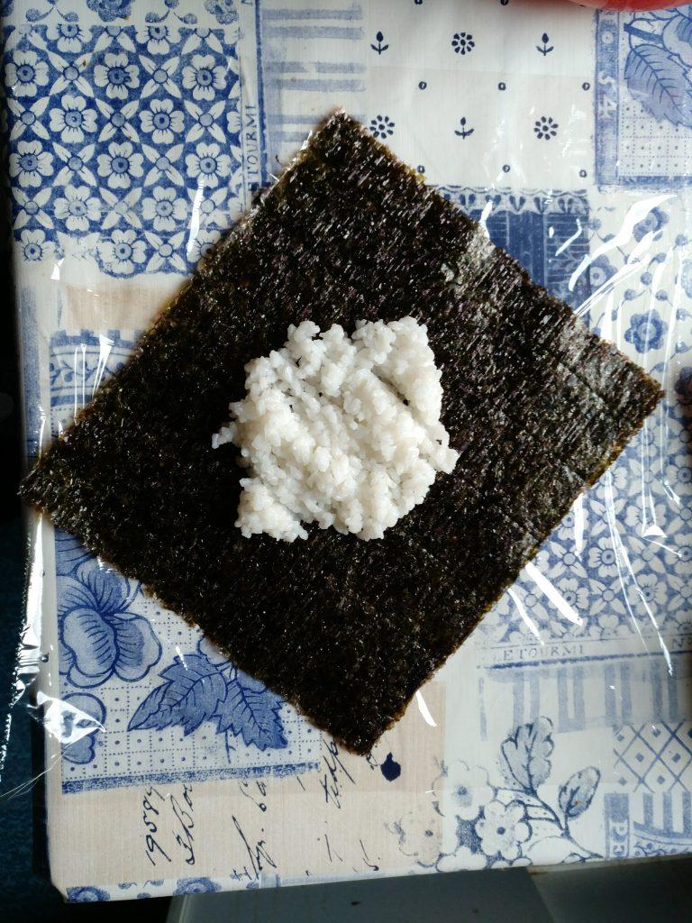 Noriblatt mit der ersten Reisschicht
